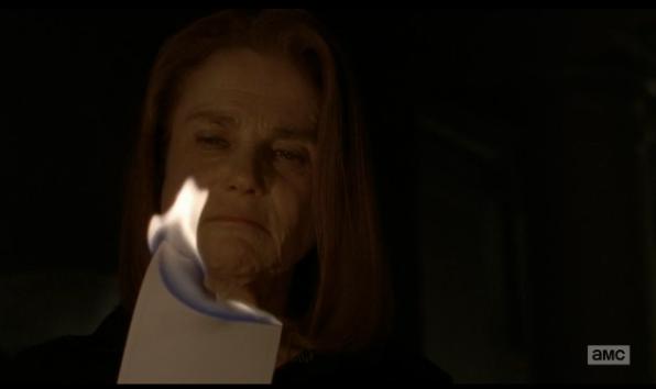Deanna quema una carta de Carol en la que le anima a seguir adelante.