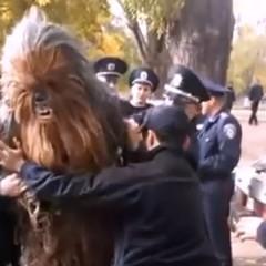 Chewbacca es detenido en Ucrania mientras hacía de chófer de Darth Vader