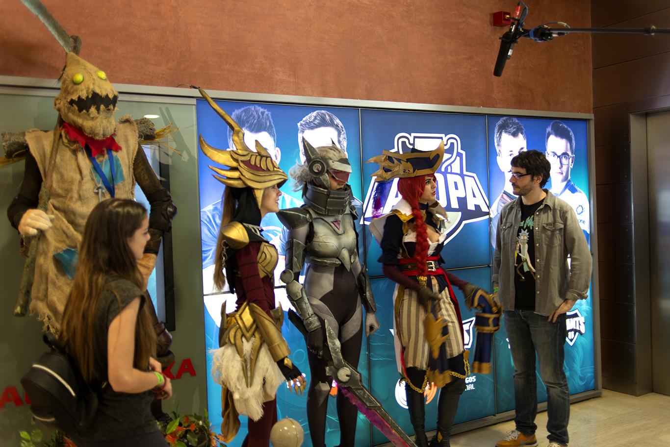 Juanra Bonet con un grupo de cosplayers. Fotografía: Ignacio Tudela.