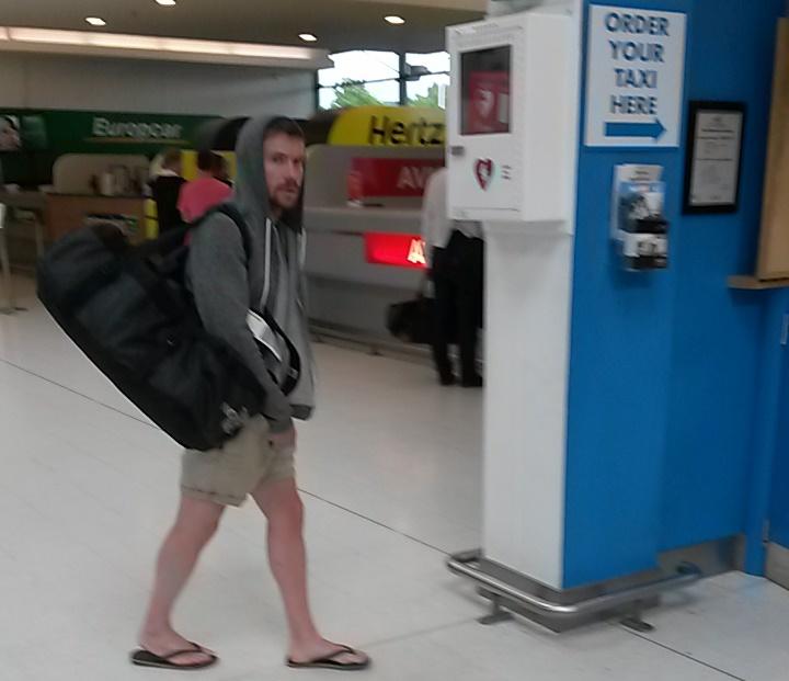 Imagen de Joe Dempsie en el aeropuerto