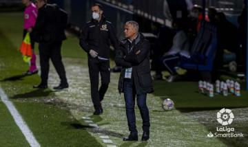 Sergio Pellicer observa a sus jugadores desde el área técnica durante el Fuenlabrada-Málaga (Foto: LaLiga).
