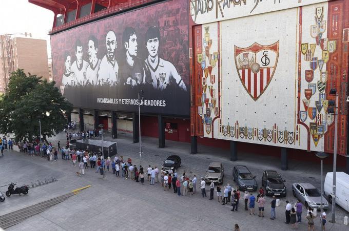 Colas en el Sánchez-Pizjuán para renovar los abonos.  (FOTO: SFC)
