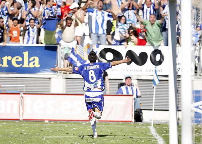Antonio Hidalgo celebra un gol con el Málaga.