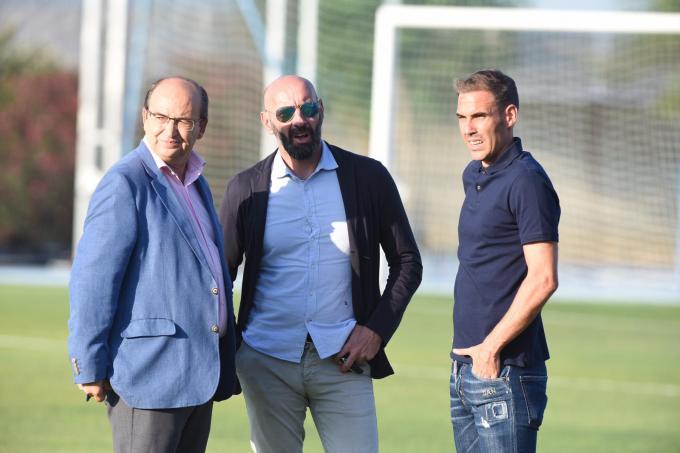Fernando Navarro pisa el césped con Monchi y José Castro