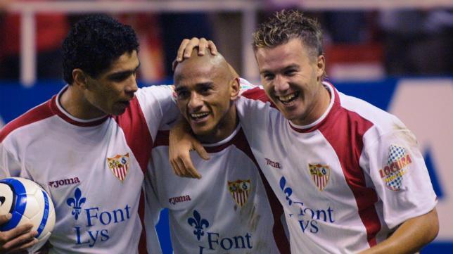 Darío Silva celebra un gol con Antoñito y Renato.