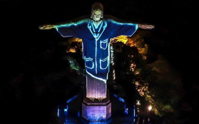 Cristo de Rio vestido de médico