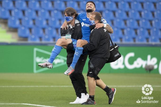 Erick Cabaco abandona sin poder apoyar la pierna el Getafe-Espanyol (Foto: LaLiga Santander).