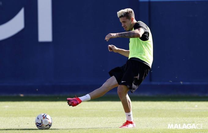 Josua, golpeando un balón en un entrenamiento en el Anexo (Foto: Málaga CF).