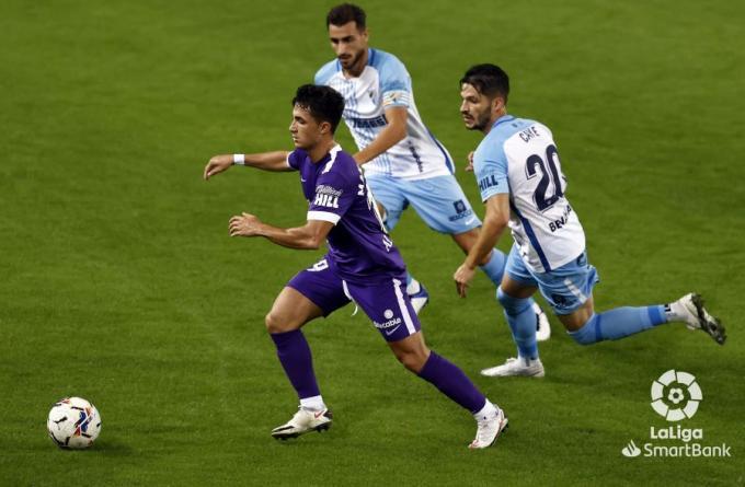 Caye y Luis Muñoz tratan de frenar a Manu García en el Málaga-Sporting (Foto: LaLiga).