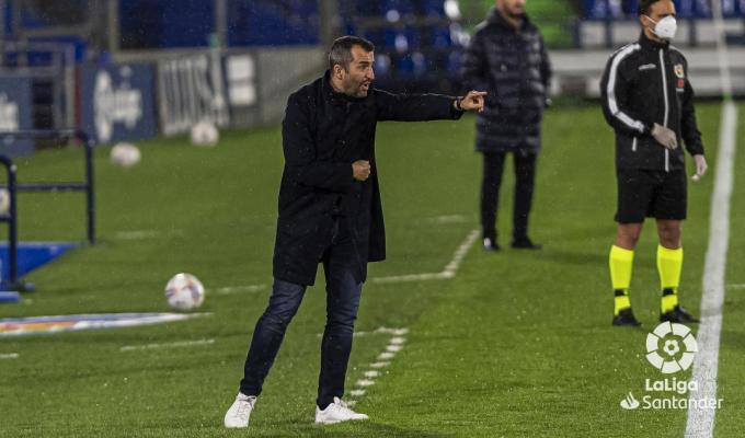 Diego Martínez da indicaciones en un partido del Granada (Foto: LaLiga).