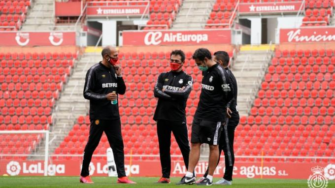 Luis García Plaza, junto a otros técnicos del Mallorca (Foto: Rcdmallorca).