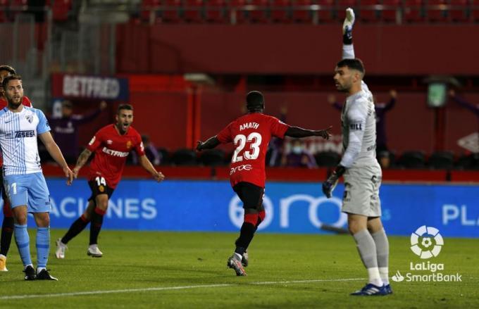 Amath festeja el 1-0 mientras Juan Soriano reclama fuera de juego.