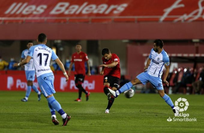 Luis Muñoz sale al paso de un disparo de Ruiz de Galarreta.