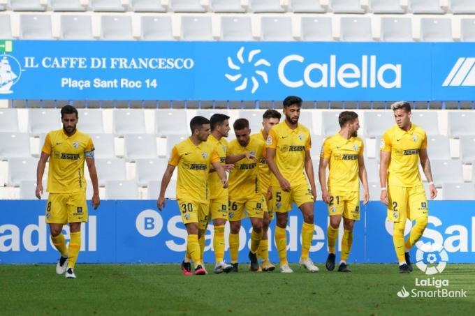 Los jugadores del Málaga, en plena celebración del gol de Calero en Sabadell (Foto: LaLiga).