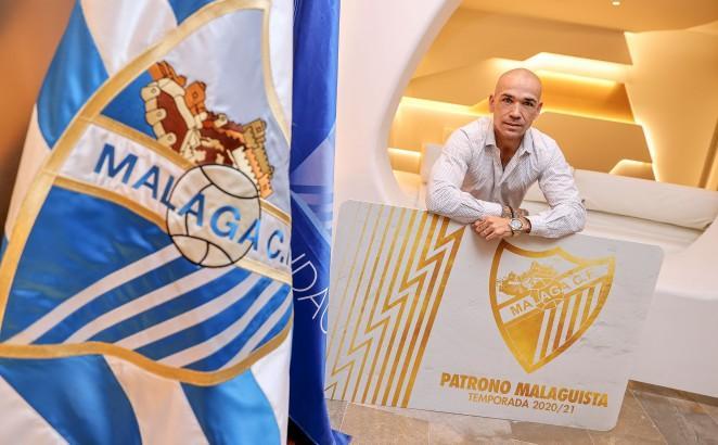 Manolo Gaspar, junto al carné de Patrono Malaguista (Foto: Málaga CF).