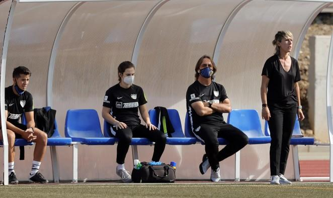 Nati Gutiérrez, en el banquillo durante un partido (Foto: Málaga CF).