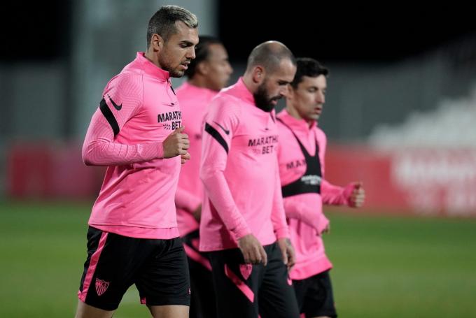 Jordán, Aleix Vidal y Navas, entrenando para el Sevilla FC.  (Foto: SFC).