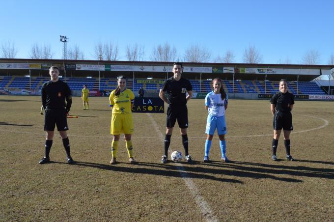 Las capitanas y el equipo arbitral, antes del partido (Foto: @fflasolana).