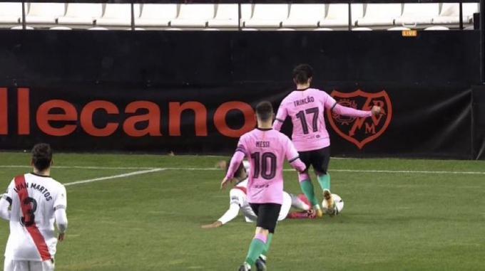 La jugada polémica del Rayo-Barça: ¿Penalti no pitado a Trincao?