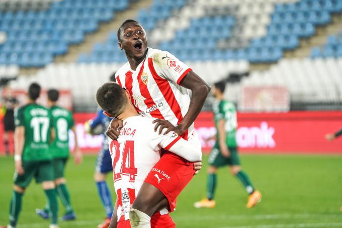 Cuenca felicita a Sadiq tras su gol ante el Castellón (Foto: Almería CF).