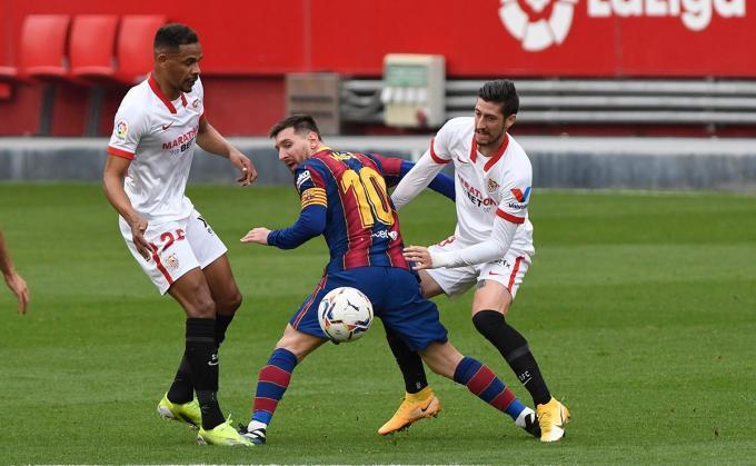 Fernando y Escudero superan a Messi en el Sevilla FC - FC Barcelona (Foto: Kiko Hurtado).