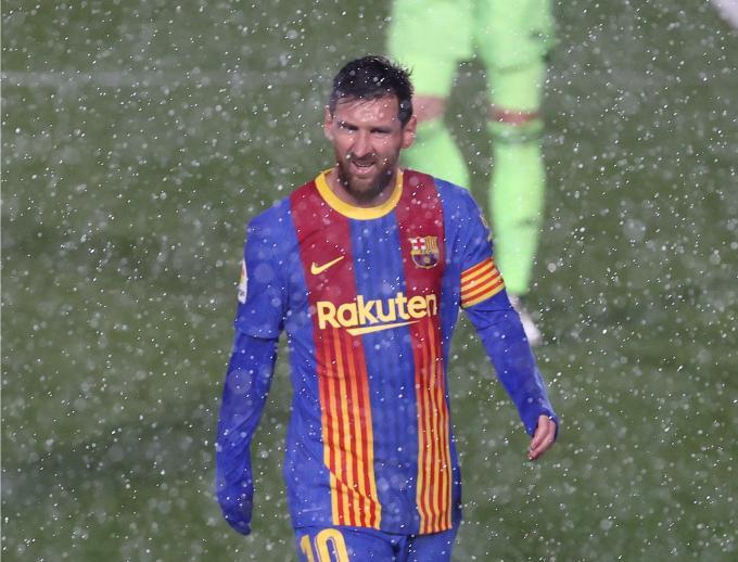 Messi tirita de frío y tiene que cambiar la camiseta: la imagen más viral del Clásico