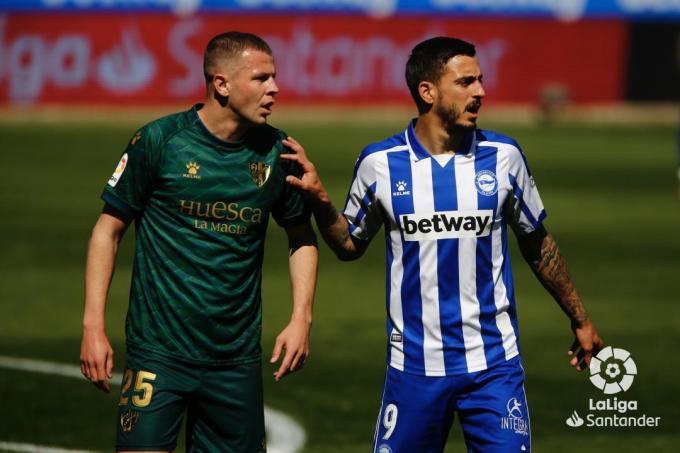 Vavro y Joselu esperan el balón (Foto: LaLiga Santander).