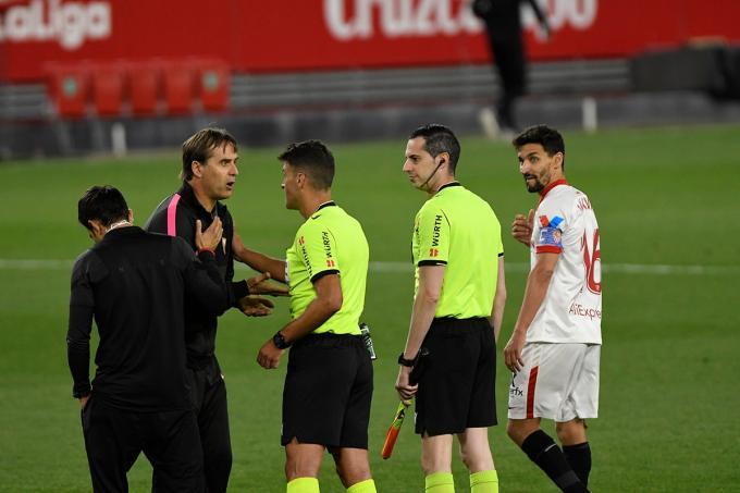 Lopetegui protesta a Gil Manzano en la final del Sevilla FC - Athletic de la mano de Balenziaga (Foto: Kiko Hurtado).