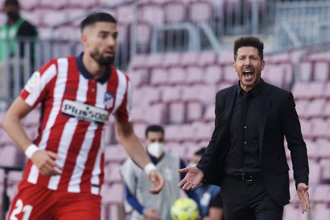 Simeone, contra Carrasco en el Barcelona-Atlético (Foto: Cordon Press).