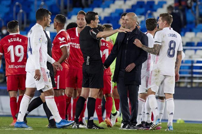 Martínez Munuera explica a Zidane y Kroos por qué pitó el penalti de Militao (Foto: Cordon Press).