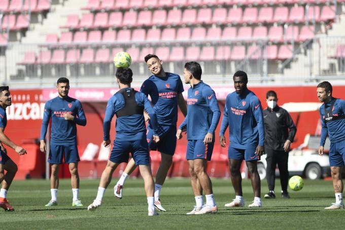 Los jugadores del Sevilla entrenando este martes (Foto: Kiko Hurtado).