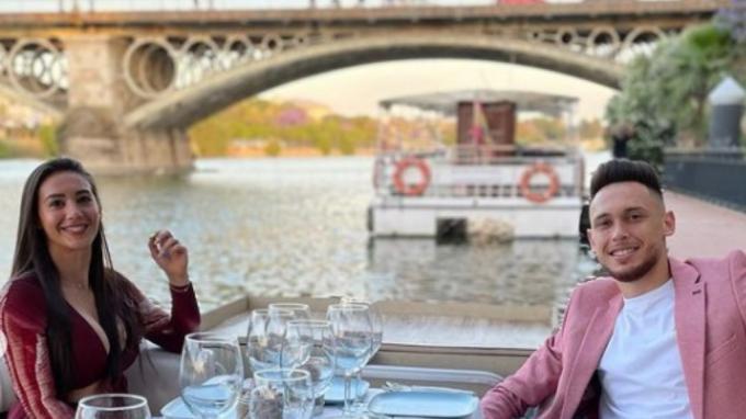 Lucas Ocampos y su esposa, Majo Barbeito, en el Guadalquivir.