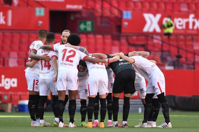 Los jugadores del Sevilla, antes del partido ante el Valencia (Foto: Kiko Hurtado).
