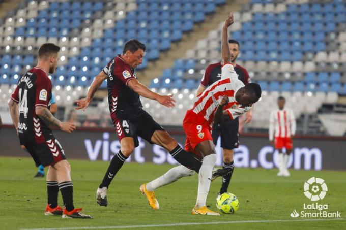 Umar Sadiq intenta hacerse con el balón durante el Almería-Albacete (Foto: LaLiga SmartBank).