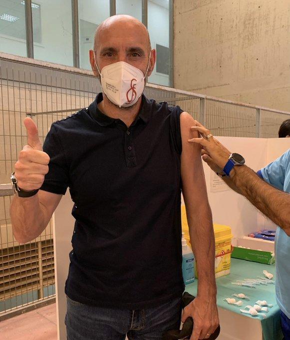 Monchi vacunándose contra el coronavirus (Foto: Twitter).