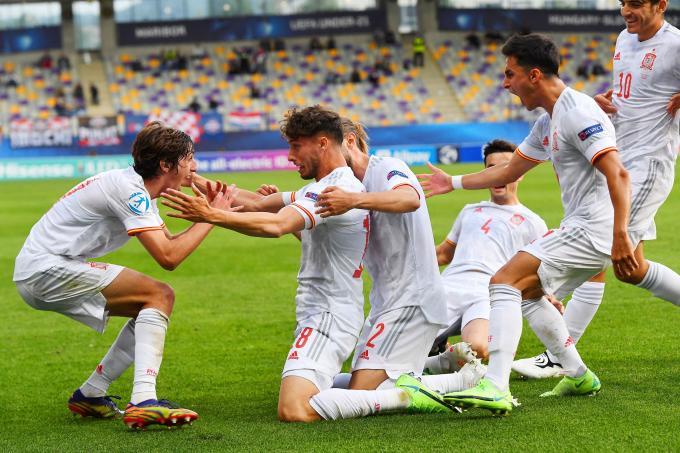 Bryan Gil y Puado celebran el gol de España sub 21 (Foto: UEFA).