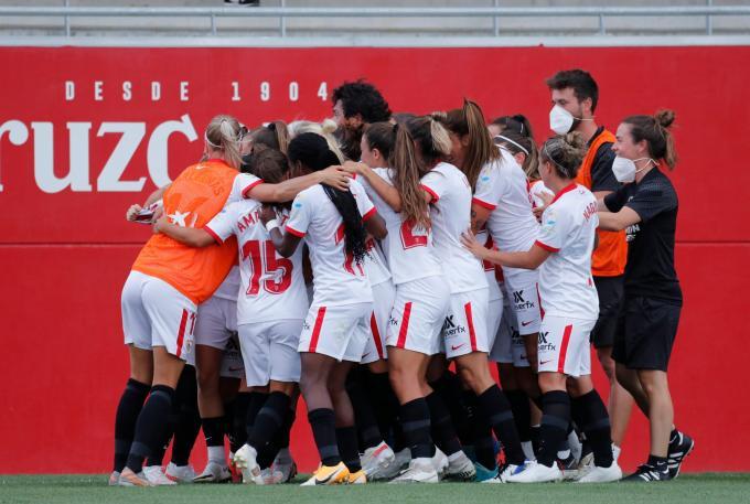Los jugadores del Sevilla celebran uno de los goles.
