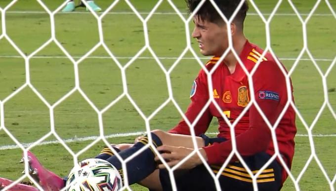 Morata se lamenta por una ocasión perdida con España durante la Eurocup.jpg