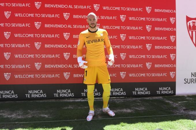 Marko Dmitrovic en su presentación como portero del Sevilla.  (Foto: Kiko Hurtado).