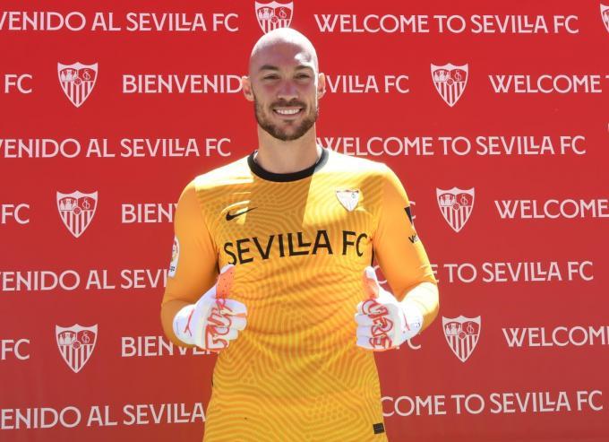 Marko Dmitrovic se hace pasar por jugador del Sevilla.  Foto: Kiko Hurtado