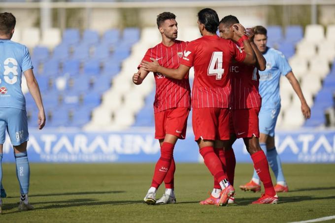 Sergi Gómez, Rekik y Fernando se felicitan por el primer gol del Sevilla FC.  (Foto: SFC).