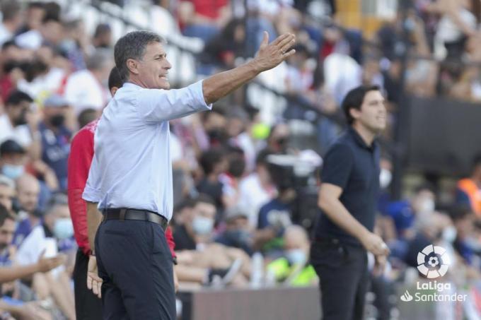 Míchel da indicaciones en el Rayo-Getafe (Foto: LaLiga).